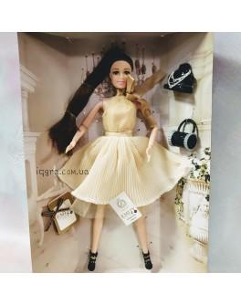 Лялька шарнірна Emily брюнетка в бежевій сукні з аксесуарами 30 см (QJ 067 A)